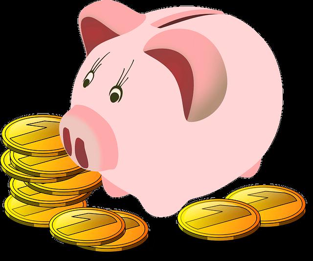 豚の貯金箱の横に小銭が何枚か置いてある
